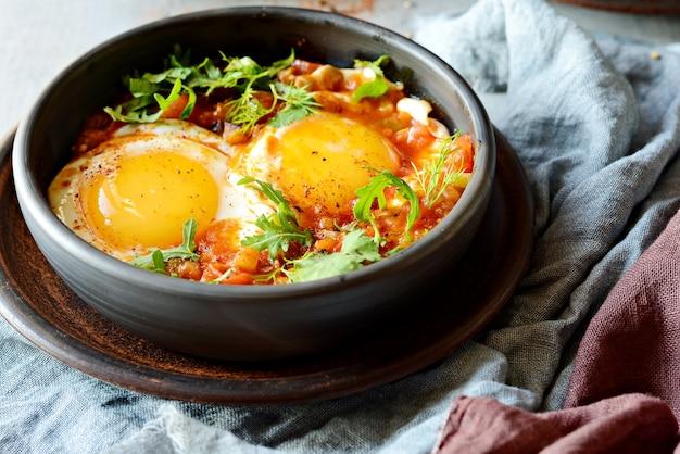 Savoureuse shakshuka, œufs frits à la sauce tomate pour le brunch de pâques.