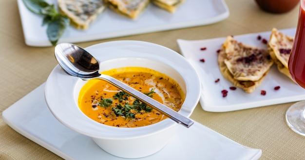 Savoureuse soupe aux tomates bouchent