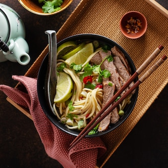 Savoureuse soupe classique asiatique avec nouilles et viande