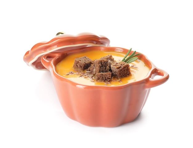 Savoureuse soupe à la crème de citrouille en pot sur une surface blanche