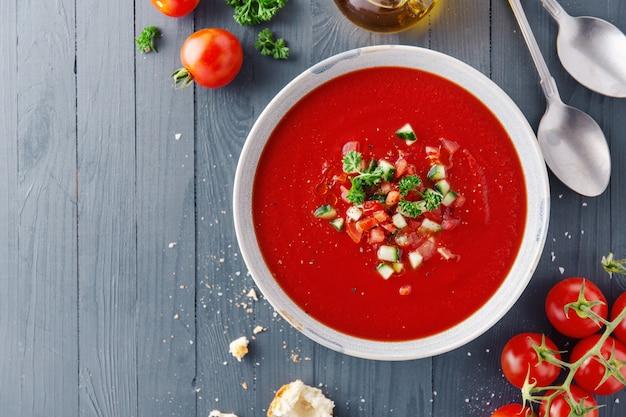 Savoureuse soupe de tomates d'été servie dans un bol