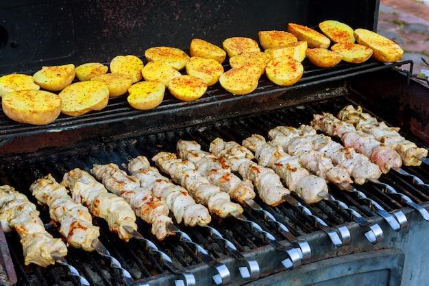 Savoureuse viande grillée avec pommes de terre et brochettes de viande