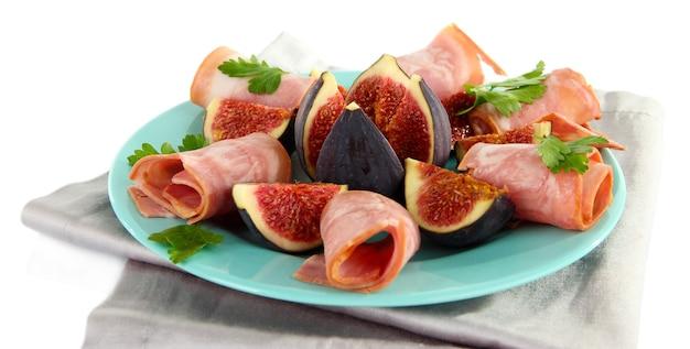 Savoureuses figues au jambon, isolé sur blanc