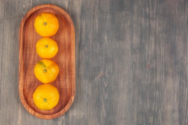 De savoureuses mandarines ou mandarines sur une planche de bois. photo de haute qualité