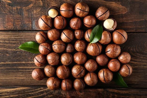 Savoureuses noix de macadamia sur table en bois