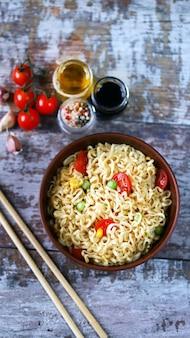 De savoureuses nouilles chinoises dans un bol