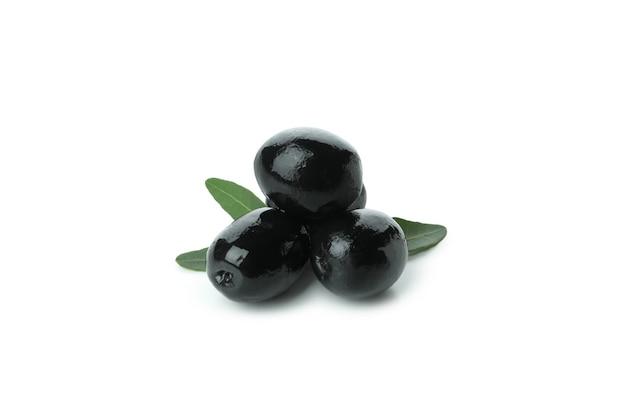 Savoureuses olives noires isolés sur fond blanc