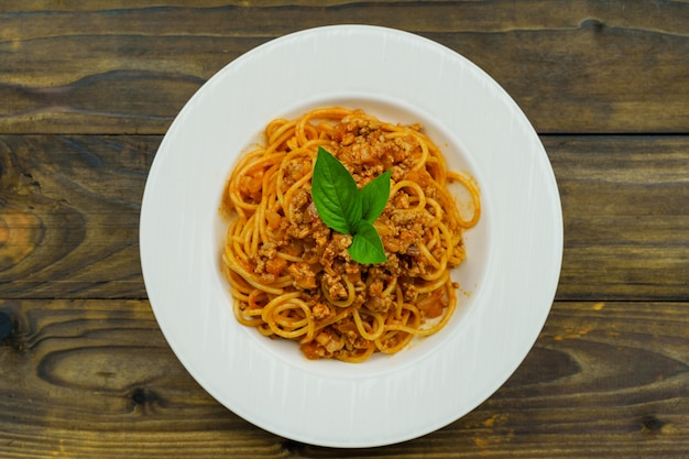 Savoureuses pâtes italiennes classiques spaghetti à la sauce tomate et basilic sur assiette