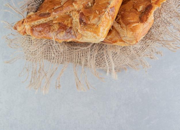 De savoureuses pâtisseries khachapuri dans une boîte en bois.