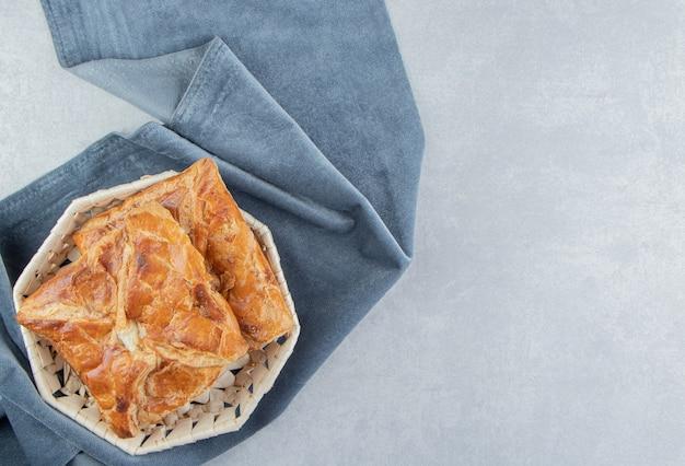 De savoureuses pâtisseries khachapuri dans un panier en bois.