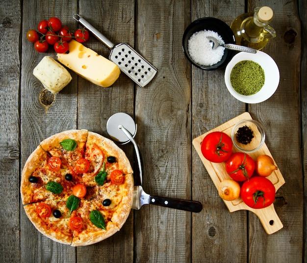 Savoureuses pizzas, fromages, tomates et autres produits.