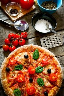 Savoureuses pizzas, tomates et autres produits.