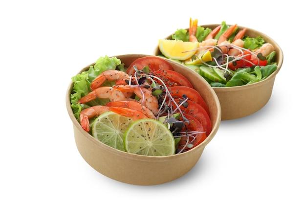 Savoureuses salades de crevettes isolées sur fond blanc