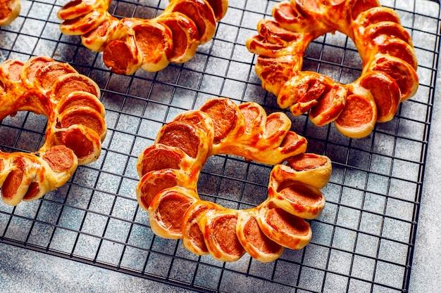 De savoureuses saucisses enveloppées de pâte feuilletée.