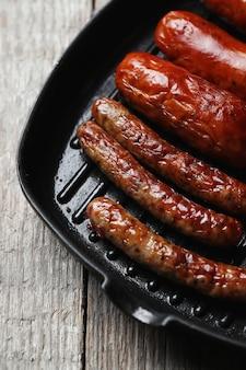 Savoureuses saucisses frites. cuisine allemande traditionnelle