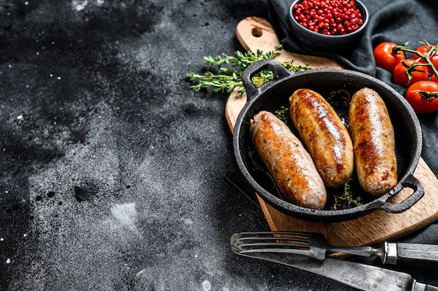 Savoureuses saucisses maison dans une poêle.