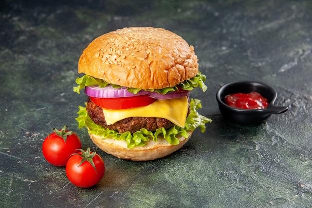 Savoureuses tomates sandwich ketchup avec tige sur une surface de couleur sombre avec espace libre