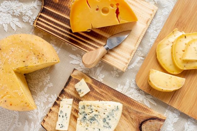 Savoureuses tranches de fromage et de brie sur une table