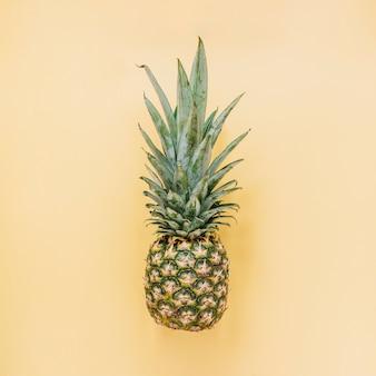 Savoureux ananas sur fond jaune