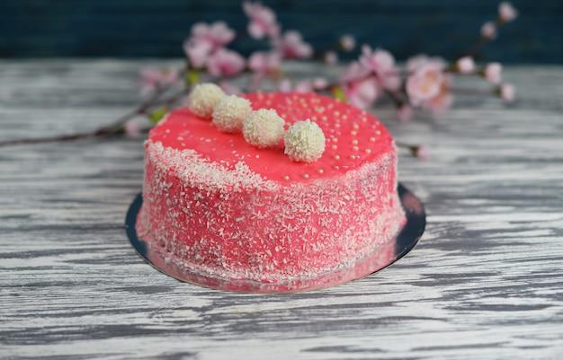 Savoureux beau gâteau rose sucré cuit au four avec décoration