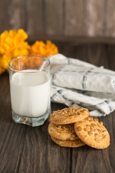 Savoureux biscuits aux cacahuètes et un verre de lait frais