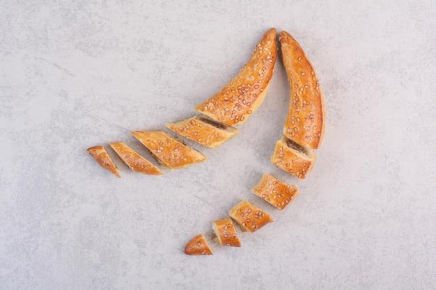 De savoureux biscuits faits maison sur fond gris. photo de haute qualité