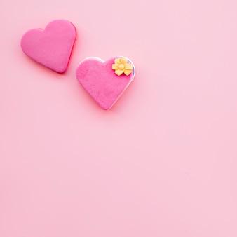 Savoureux biscuits frais en forme de coeurs