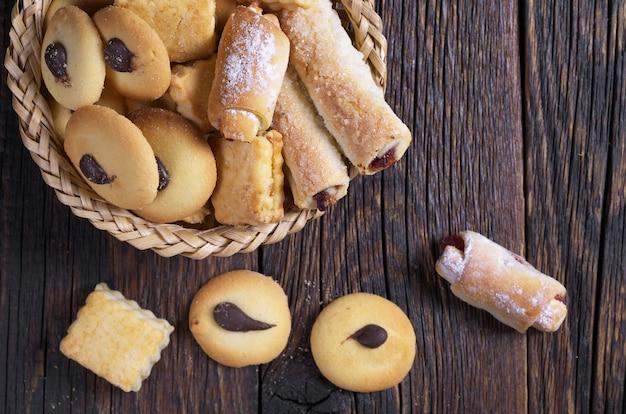 Savoureux biscuits sucrés sur table en bois foncé, vue de dessus