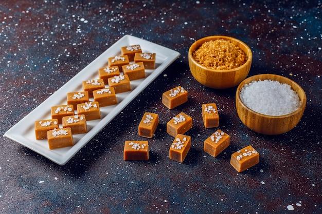 De savoureux bonbons au caramel au caramel salé avec du sel de mer, vue du dessus