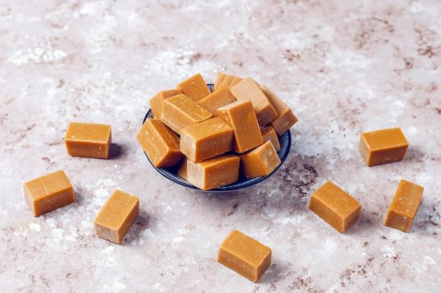 De savoureux bonbons au caramel au caramel salé avec du sel de mer