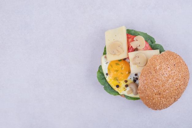 Savoureux Burger Avec Tomate, Fromage, Laitue Sur Blanc. Photo gratuit