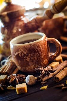 Savoureux café chaud avec des céréales et des épices sur la table