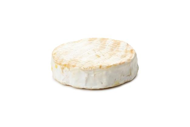 Savoureux camembert grillé isolé sur fond blanc.