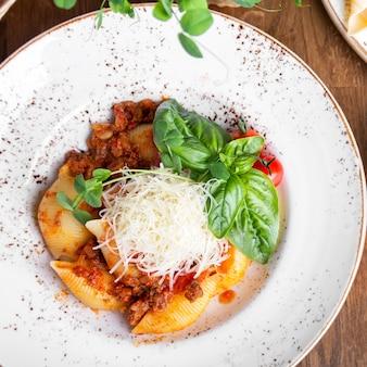 De savoureux canellonis italiens avec sauce bolognaise. vue de dessus. fermer