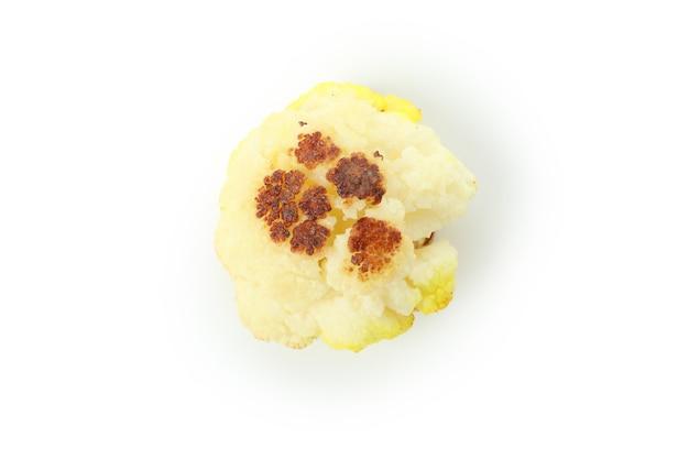 Savoureux chou-fleur au four isolé sur fond blanc.
