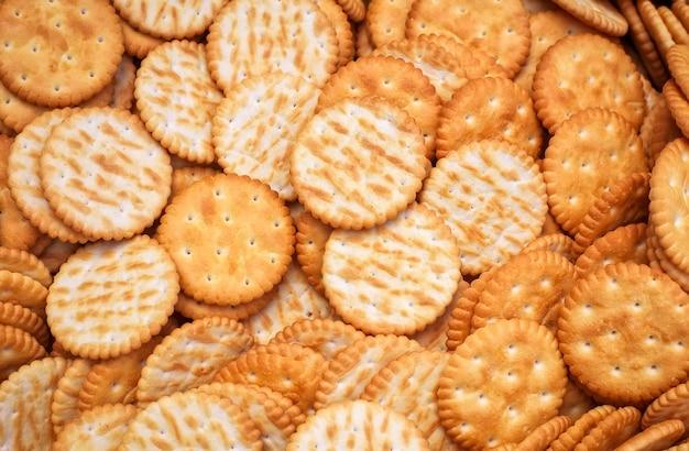 De savoureux craquelins se bouchent dans la boîte. fond de cookies