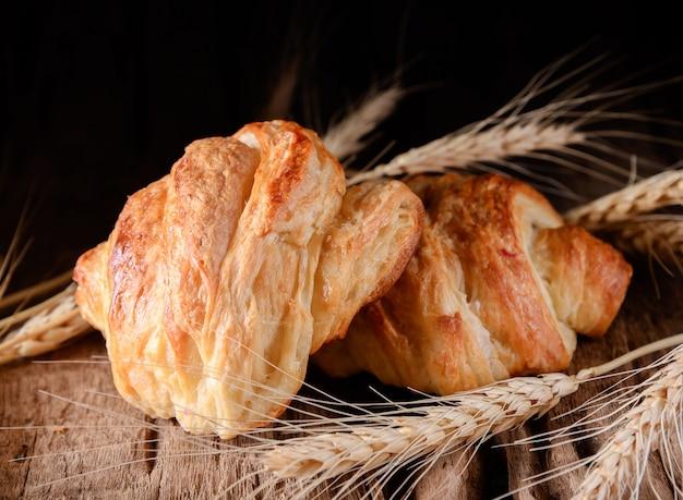 Savoureux croissants sur fond en bois.
