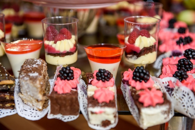 De savoureux desserts au chocolat se bouchent. nourriture au restaurant, table de buffet