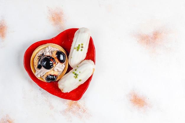 Savoureux éclairs à la pistache faits maison avec du chocolat blanc.