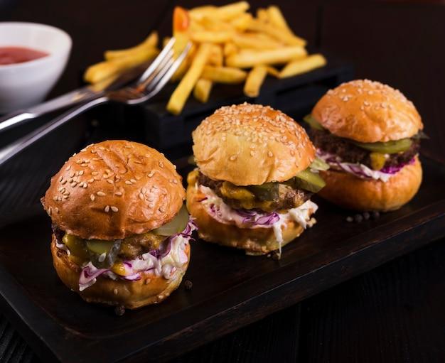 Savoureux ensemble de hamburgers fraîchement préparés