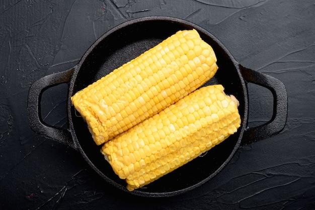 Savoureux épis de maïs, sur pierre noire