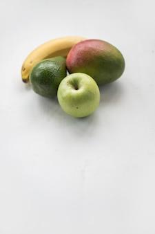 Savoureux fruits entiers frais