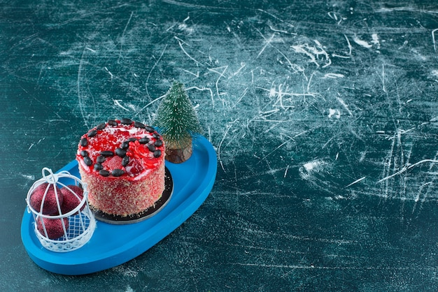 Savoureux gâteau aux fruits avec boules de noël et sapin de noël. photo de haute qualité