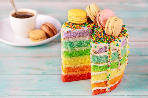 Savoureux gâteau de fête décoré de biscuits macaron et de café.