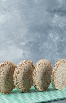 De savoureux gâteaux de riz ronds sur une nappe à rayures.