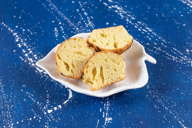 De savoureux gâteaux tranchés frais placés sur une assiette en forme de feuille