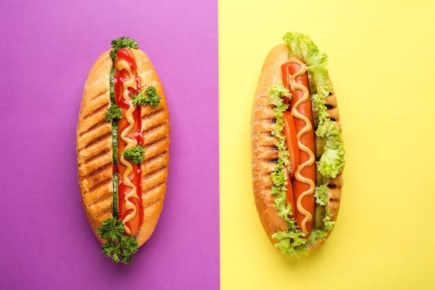 De savoureux hot dogs sur la couleur