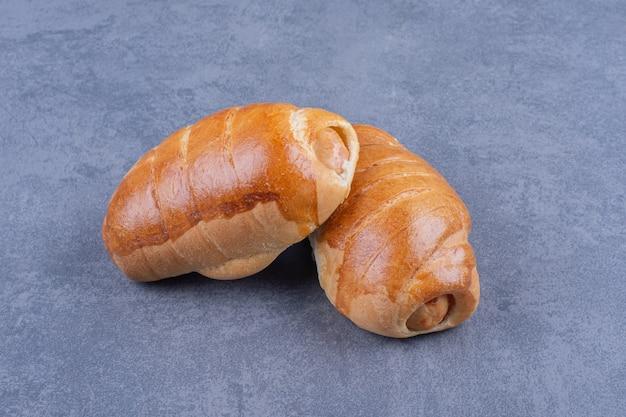 Savoureux hot-dogs frais sur une surface grise