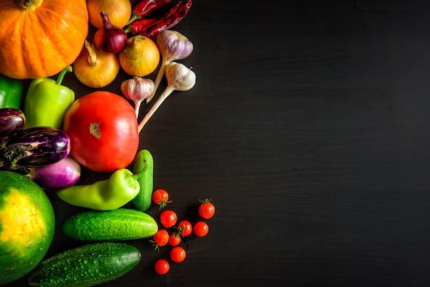 Savoureux légumes de saison d'automne appétissants frais sur la vue de dessus de table en bois foncé avec fond. nourriture saine, végétarisme, alimentation propre. récolte, jardinage