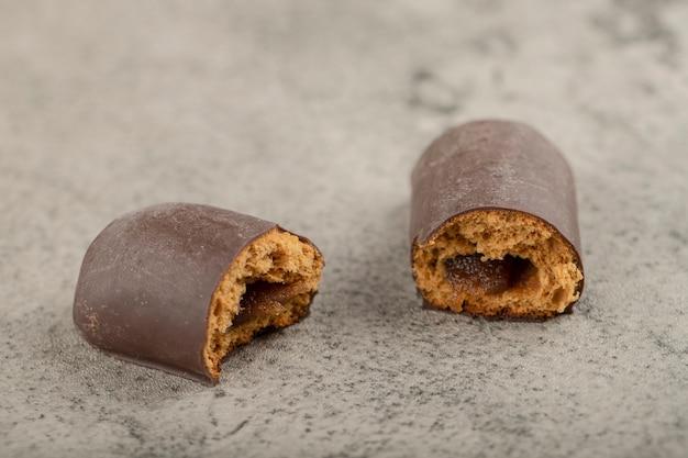 De savoureux mini gâteaux glacés au chocolat sur une surface en pierre.